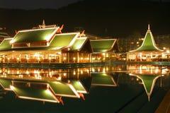 natation de regroupement de nuit d'hôtel Images stock