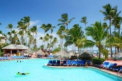 natation de ressource de regroupement d'hôtel de plage Photographie stock libre de droits