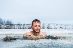 Natation de trou de glace photo stock