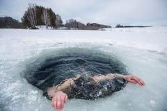 Natation de trou de glace photographie stock