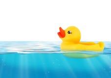 Natation en caoutchouc de canard dans l'eau bleue Photographie stock