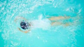 Natation et plongée d'enfant de fille l'été photo stock