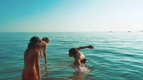 Natation heureuse de famille dans l'océan de mer la mère et les enfants nagent en mer lifestyle clips vidéos