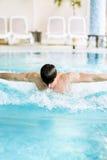 Natation masculine belle musculaire dans une piscine photo stock