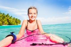 Natation mignonne de fille à bord d'île tropicale proche Image libre de droits