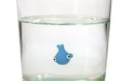 Natation minuscule de baleine en verre de l'eau Images libres de droits