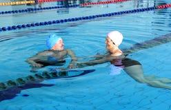 natation moyenne âgée de regroupement de couples Photo libre de droits