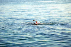 Natation non identifiée d'enfant sur la mer ouverte Photo libre de droits