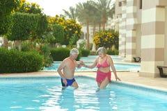 Natation pluse âgé de couples dans la piscine Photo libre de droits