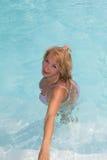 Natation supérieure active de femme dans une piscine s'éloignant de l'appareil-photo Photo stock