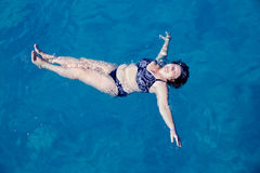 Natation supérieure active de femme en eau de mer bleue photographie stock libre de droits