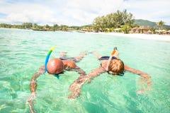 Natation supérieure de couples sur la plage tropicale de paradis en Koh Lipe Image stock