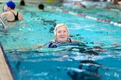 Natation supérieure de femme dans la piscine Photo libre de droits