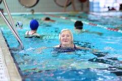 Natation supérieure de femme dans la piscine Photos stock