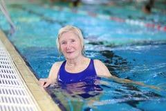 Natation supérieure de femme dans la piscine Image stock