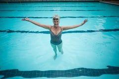 Natation supérieure insouciante de femme dans la piscine images stock