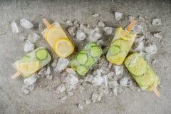 Natchnący wodni lodów popsicles obrazy stock