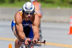 Nathan Birdsall i den Coeur d'en Alene Ironman som cyklar händelse Fotografering för Bildbyråer