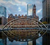 Nathan Philips Kwadratowy i Stary urząd miasta - Toronto, Ontario, Kanada zdjęcie stock