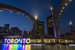 Nathan Phillips Square en Stadhuis op Toronto stock fotografie
