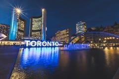 Nathan Phillips-vierkant in Toronto bij nacht stock afbeeldingen