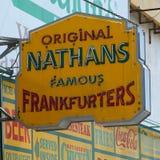 Nathan'sens det original- restaurangtecknet på Coney Island, New York. Arkivfoton