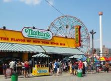 Nathanen s öppnade om igen efter skada vid orkanen som var sandig på den Coney Island strandpromenaden arkivbild