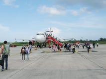 NATHON SI THAMMARAT, THAÏLANDE - 18 OCTOBRE 2013 : Avions et passagers sur l'aérodrome de l'aéroport Photographie stock libre de droits