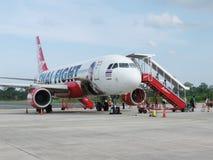 NATHON SI THAMMARAT, THAÏLANDE - 18 OCTOBRE 2013 : Avions et passagers sur l'aérodrome de l'aéroport Photos stock