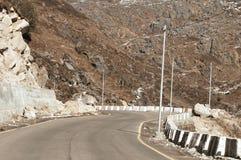 Взгляд дороги шоссе границы Индии Китая около перевала Ла Nathu в Гималаях который соединяет индийское государство Сикким с Китае стоковые изображения rf