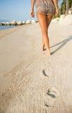 Natiche della donna sulla spiaggia tropicale Immagine Stock