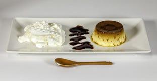 Natillas del huevo con la salsa del caramelo Imágenes de archivo libres de regalías
