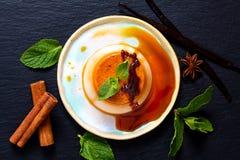 Natillas o panna hechas en casa c del caramelo de la vainilla del concepto del postre de la comida imágenes de archivo libres de regalías