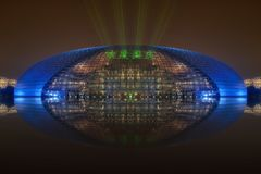 Nationaal Centrum voor de Uitvoerende kunsten Peking met laser adve stock afbeeldingen