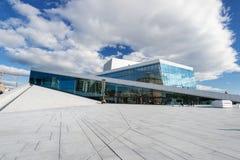 Nationaal de Operahuis van Oslo bij de zomer Stock Foto's