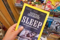 Nationaal Geographics-tijdschrift in een hand stock foto