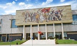 Nationaal geschiedenismuseum in Tirana Het voorgevelmozaïek schildert revolutionaire cijfers af Tirana is hoofd van Albanië Stock Foto