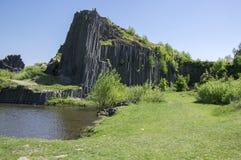 Nationaal Natuurlijk Monument genoemd Panska-skala, zuilvormige verbonden basaltrots in het dorp van Kamenicky senov in Tsjechisc royalty-vrije stock foto