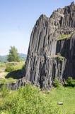 Nationaal Natuurlijk Monument genoemd Panska-skala, zuilvormige verbonden basaltrots in het dorp van Kamenicky senov in Tsjechisc stock foto's