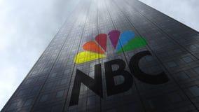 Nationaal Omroep NBC- embleem op een wolkenkrabbervoorgevel die op wolken wijzen Het redactie 3D teruggeven Stock Foto's