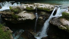 Nationaal park van Kutaisi, mooie watervallen in rotsachtige bergen, Georgië stock video