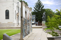 """National Churchill Museum, in Fulton, Missouri. FULTON, MISSOURI – July 1, 2015: View of  """"Breakthrough"""" by Edwina Sandys and bronze statue by Franta Stock Images"""