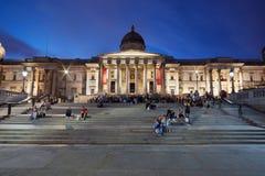 National Gallery i Trafalgar Square på natten i London Royaltyfri Foto