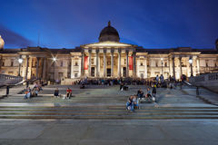National Gallery i Trafalgar Square på natten i London Royaltyfri Foto