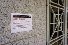 National Park Service område stängde sig bredvid grated dörr arkivbild