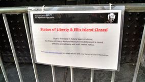 Government shut down sign hangs in front of barricaded NPS doors royalty free stock photography