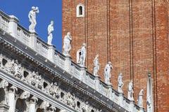 Nationale Bibliotheek van St Teken ` s Biblioteca Marciana, standbeelden bij royalty-vrije stock foto's
