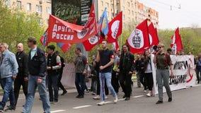 Nationale Bolsheviks, samen met Communistische partijverdedigers neemt aan een verzameling deel merkend de Meidag stock video