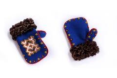 Nationale decoratieve vuisthandschoenen met bont en patronen Stock Afbeelding