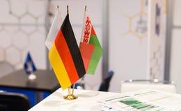Nationale Deutschland- und Weißrussland-Flaggen an der Ausstellung Lizenzfreie Stockbilder